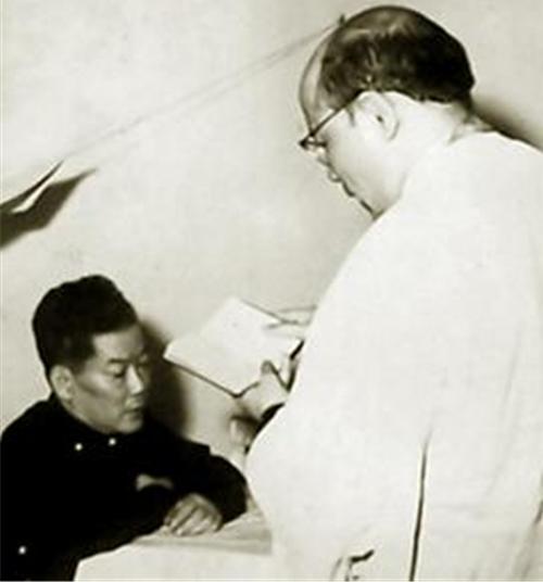 Nhà tù Chí Hòa, Sài Gòn - ông Ngô Đình Cẩn nhận các nghi thức tôn giáo trước giờ ra pháp trường.