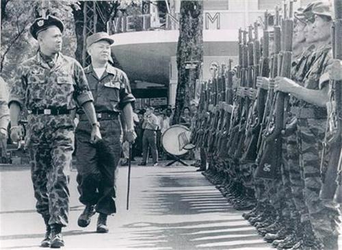 Saigon 1963 - General Ton That Dinh & Troops – trên đường Lê Thánh Tôn phía trước