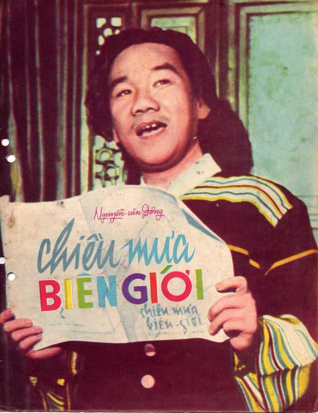 """Nghệ sĩ Trần Văn Trạch trong trang phục Tây Nguyên, hát """"Chiều mưa biên giới"""" tại đài truyền hình Pháp (1961)"""