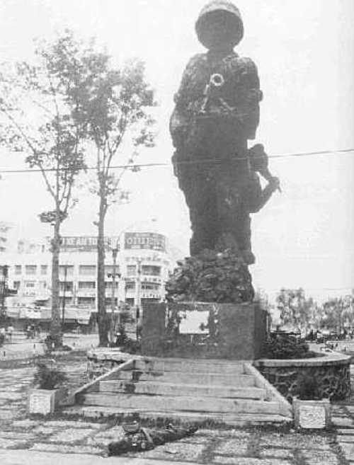 Trung tá CSQG Nguyễn Văn Long tuẫn tiết dưới chân tượng đài Thủy Quân Lục Chiến (trước tiền sảnh Hạ Nghị Viện VNCH)