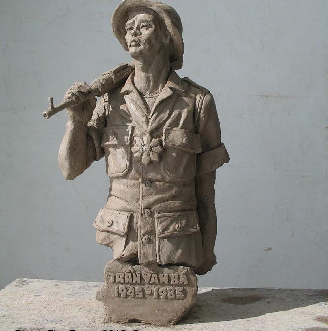 Mô hình Tưởng Niệm và Vinh Danh Anh hùng Trần văn Bá bằng đất sét cao 44cm do ĐKG Phạm thế Trung thực hiện.