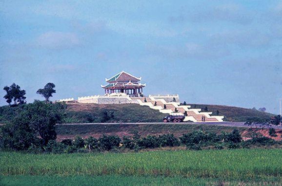 Cổng Tam Quan và Đền Tử Sĩ từ xa