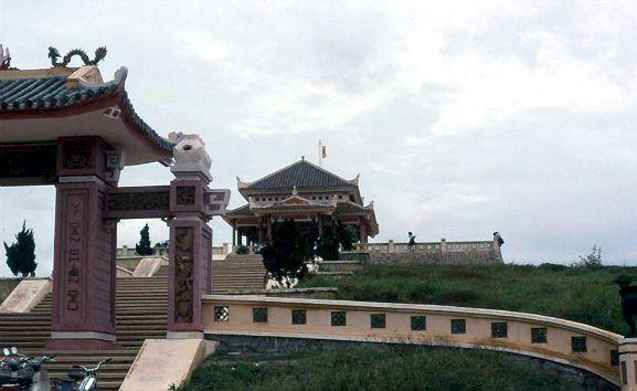 Cổng Tam Quan và Đền Tử Sĩ gần