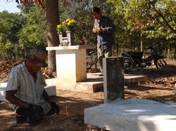 Thương phế binh VNCH trước mộ đồng đội Nguyễn Văn Đôn