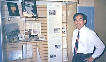 Anh Nguyễn Hữu Ba tại phòng triễn lãm Viện Bảo Tàng Nam Úc