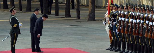 Tư Sang cúi lạy cờ Tàu.