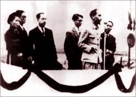 """Ngày 2-9-1945, tại quảng trường 3Đình. Chủ tịch Hồ Chí Minh đọc bản tuyên ngôn độc lập: """"Tất cả mọi người đều sinh ra có quyền bình đẳng. Tạo hóa cho họ những quyền không ai có thể xâm phạm được; trong những quyền ấy, có quyền được sống, quyền tự do và quyền mưu cầu hạnh phúc ..."""" (?!)"""