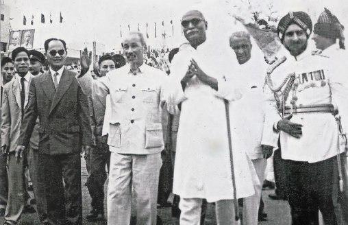 Tổng thống Ấn Độ và Bác Hồ đứng canh nhau năm 1959.  Ảnh TL