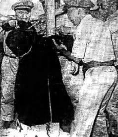 Ảnh ông Cố Vấn Ngô Đình Cẩn trong quốc phục áo dài đen quần trắng sau khi bị xử bắn ngày 9/5/1964