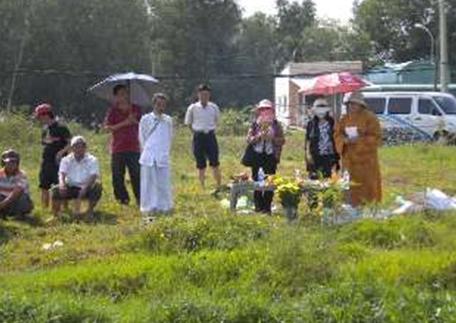 Sư Cô và gia đình đang thực hiện các nghi thức