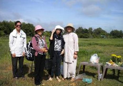 Từ trái qua em trai, em gái chú Tài, Cô Hương và Sư Cô