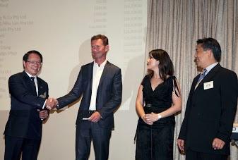 Ông Nguyễn Hữu An bắt tay cám ơn Thị Trưởng Grant Miles tuyên bố tặng $350,000 để xây Cổng Chào Saigòn.