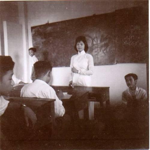 Một lớp học Trường Hồ Ngọc Cẩn  (Cô GS Phượng đang dạy lớp Đệ Tứ)