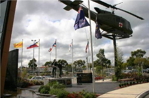 """""""Đài Tưởng Niệm Chiến Sĩ Việt Úc"""" ở Dandenong, Victoria, Australia"""