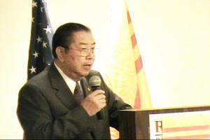 Ảnh Cựu Thủ Tướng NGUYỄN BÁ CẨN phát biểu trong Hội Nghị NVQGHN 14-10-2006