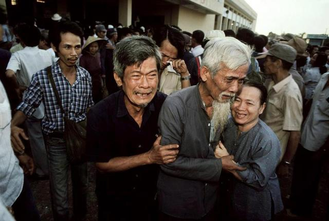 """Saigon 1988 - Đón người thân """"học tập cải tạo""""(!) từ miền Bắc trở về tại ga Saigon."""