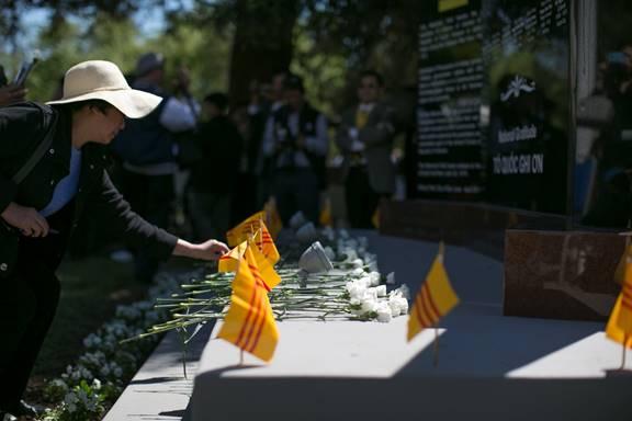 Quan khách tham dự đặt hoa để tưởng niệm các anh linh của các vị anh hùng QLVNCH.