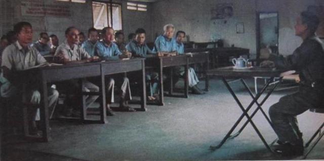 """26 tướng lãnh VNCH """"học tập cải tạo"""". Người thứ 2 bên trái là Trung tướng Nguyễn Hữu Có"""
