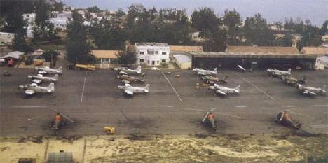 Bãi đậu khu trục sau sửa lại là sân cờ K Đ 62/CT Ngôi nhà trắng là phần sở của phi đoàn Thần Tượng