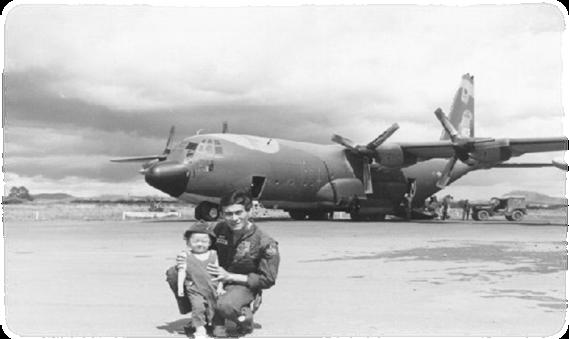 Trung úy Phạm Quang Khiêm và con gái đầu Lòng tại phi trường Cam Ly, Đà Lạt