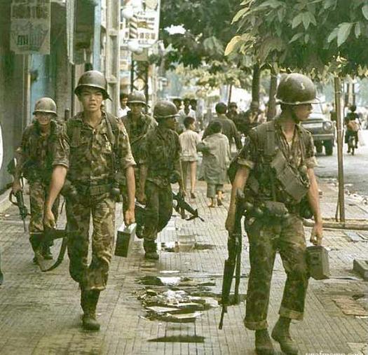 Sàigòn sáng 30-4-1975 (nguồn ảnh: http://nguyennaman.wordpress.com)