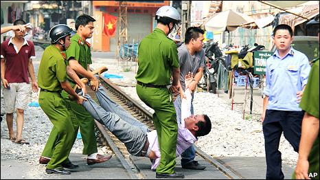 Thanh niên Nguyễn Chí Đức biểu tình chống TC xâm lăng biển đảo Việt Nam,anh đã bị công an VC bắt, khiêng như khiêng lợn.