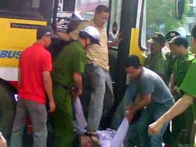 Sau đó anh Nguyễn Chí Đức bị tên đại úy công an VC tên Minh đứng trên xe buýt, đạp vào mặt.