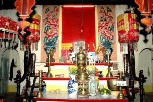 Bàn thờ hai ông bà Quản Cơ Trần văn Thành tại Bửu Hương Tự (nguồn: http://vanhoalichsuangiang.blogspot.ca/)