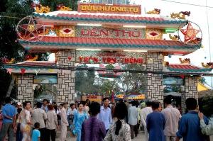 Nhân dân ở khắp nơi về dự lễ giỗ ngài Quản Cơ Trần văn Thành. (nguồn: http://vanhoalichsuangiang.blogspot.ca/)