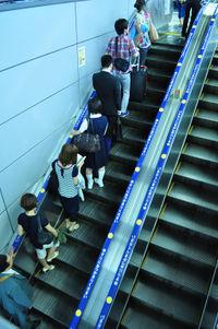 Ngay cả đứng trên thang máy họ cũng đứng gọn sang 1 phía để những người vội có khoảng trống