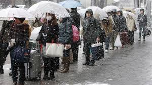 Trong thảm họa, hay trong bão tuyết người ta vẫn kiên nhẫn xếp hàng và không có chuyện chen lấn