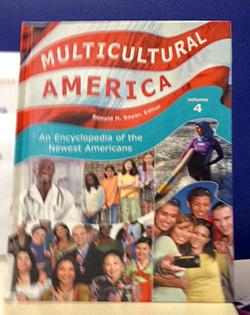 Hình bìa cuốn bách khoa toàn thư nói về lịch sử của những người Mỹ mới.