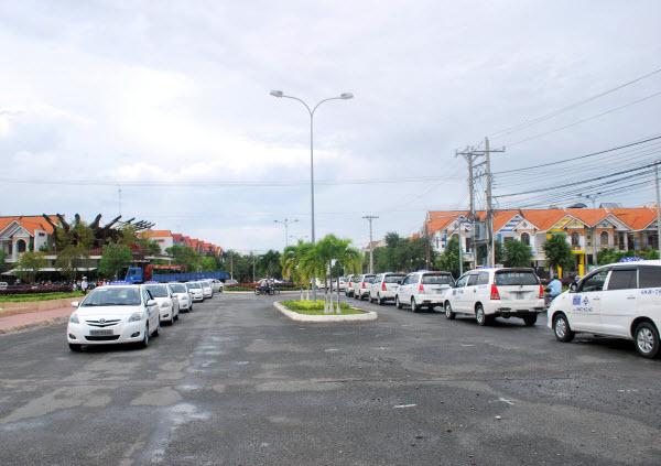 Taxi và Khách sạn của công ty Phương Trinh (Do Tư Thắng em Dũng X cầm đầu)