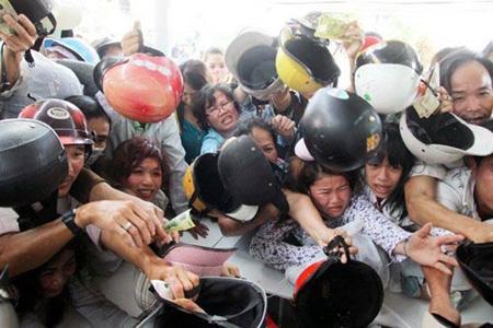 Nhìn bức ảnh người Việt chen lấn đổi mũ bảo hiểm như trong loạn lạc so với cảnh người Nhật xếp hàng trong thảm họa như trong bình yên mà không khỏi chạnh lòng.  Tự bản thân mình sẽ rút ra được bài học văn minh và ý chí của người Nhật.