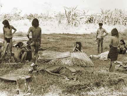 Những người dân làng còn sống sót tại Đắk Sơn. Hình của The Viehtam Center Archive - Jim Feltz