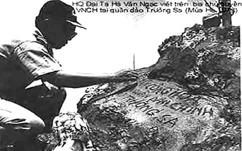 Hải Quân Đại Tá Hồ Văn Ngạc đang viết trên Bia Chủ Quyền Việt Nam tại đảo Trường Sa năm 1973