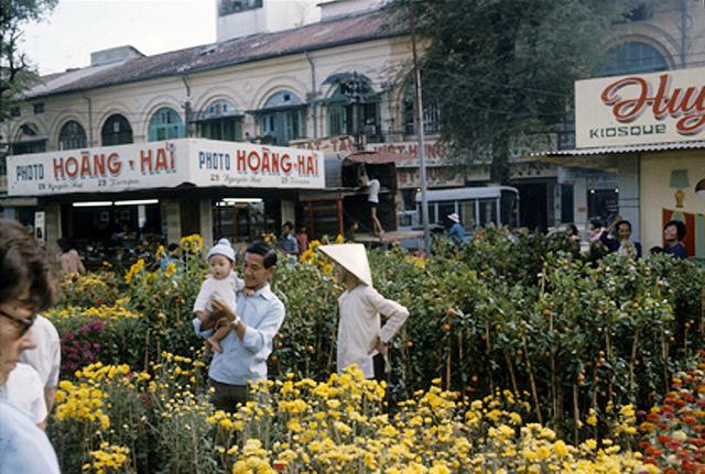 Tết Ất Mão 1975.  Chợ hoa đường Nguyễn Huệ, Sài Gòn.