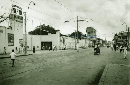 Mặt tiền Casino Grand  Monde xưa trên đường Gallieni (đường Trần Hưng Đạo, Chợ Lớn). Nay là Trung tâm Văn Hóa Quận 5 (số 105 Trần Hưng Đạo B, phường 6).
