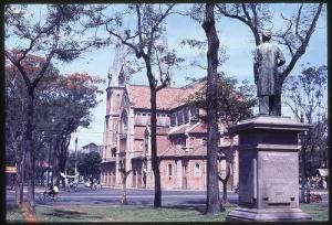 Bên hông nhà thờ Đức Bà Saigon