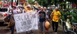 """Cuộc biểu tình tại Sài Gòn ngày 30/4/2014 với băng rôn """"30 4…"""""""