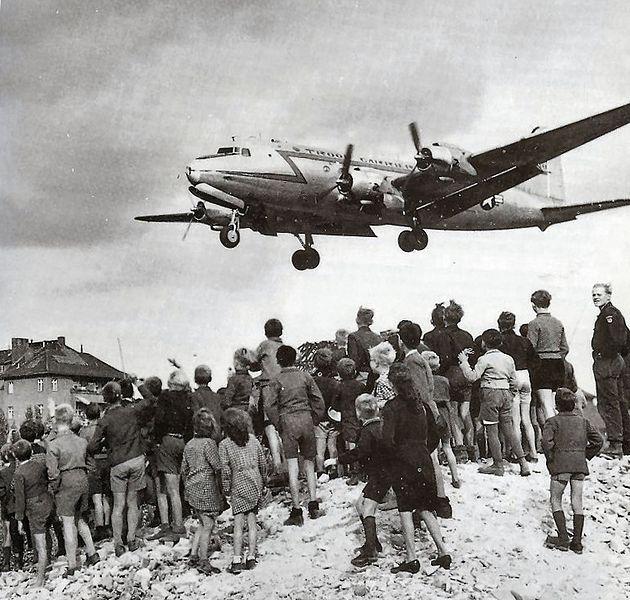 Các cư dân Berlin đang nhìn máy bay mang hàng tiếp tế hạ cánh tại Sân bay Tempelhof (1948).
