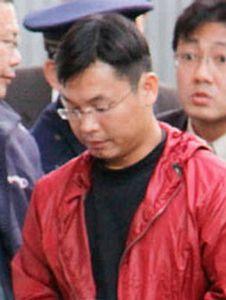 Cảnh sát Nhật áp giải phi công Ðặng Xuân Hợp.  (Hình: Kyodo News)