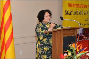 Nữ tác giả Trần Khải Thanh Thủy phát biểu trước cử tọa đông đảo.  Photo by Nguyễn Minh.