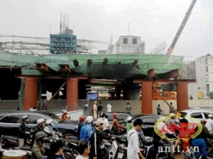 Đứt cáp cần cẩu tại dự án đường sắt Hà Đông – Cát Linh làm 1 người chết nhiều người bị thương.