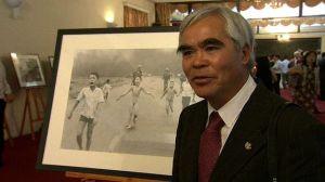 Nhiếp ảnh gia Nick Út tại cuộc triễn lãm ảnh Chiến tranh Việt Nam ở Hà Nội vào tuần trước.