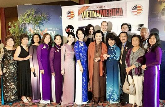 Nữ tài tử Kiều Chinh chụp hình kỷ niệm với Ban Tổ Chức Buổi Ra Mắt phim VIETNAMERICA tại Quận Cam California vào trung tuần tháng 5, 2015.. (Hình lấy từ  trên Facebook của VIETNAMERICA: https://www.facebook.com/vietnamerica )