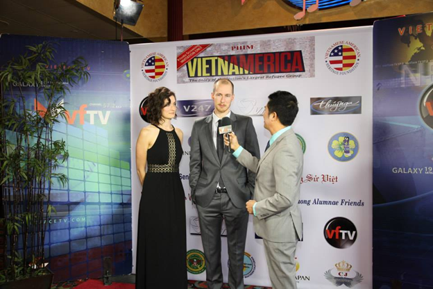 Phóng viên Trọng Thắng bên phải của VietFace TV đang phỏng vấn đạo diễn Scott Edwards, đứng giữa v à Megan Edwards, người viết truyện phim bên phải. (Hình trên Facebook c ủa VIETNAMERICA: https://www.facebook.com/vietnamerica)