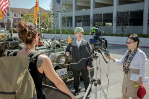 Diễm Thúy đang đạo diễn cho một người được mời phỏng vấn trong phim Unforgotten.
