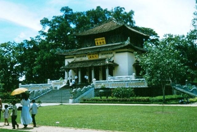 Đền Kỷ Niệm trong Thảo Cầm Viên Sài Gòn.