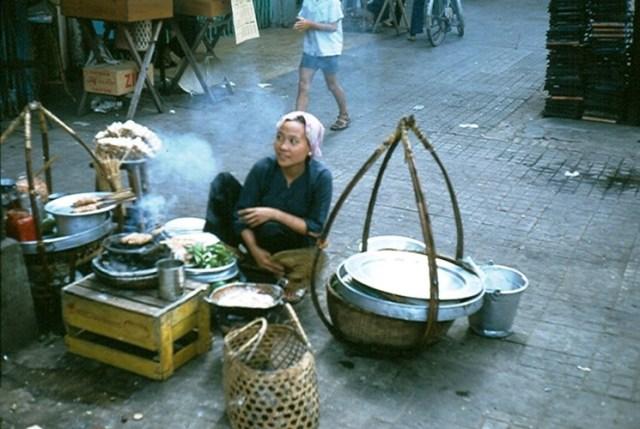 Gánh hàng nem nướng ở góc đường Nguyễn Huệ - Ngô Đức Kế.